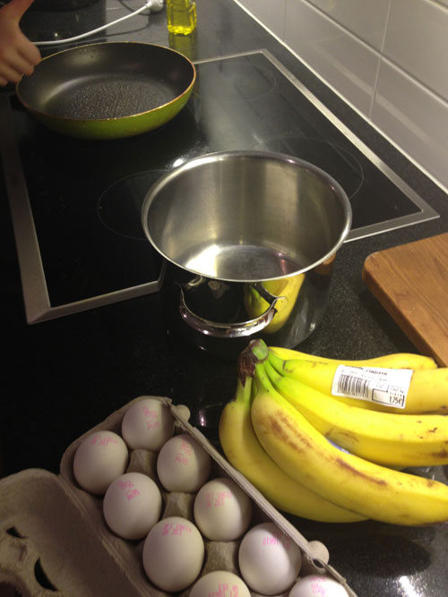 Raaka aineet koossa: muutama hassu banaani ja kananmuna.